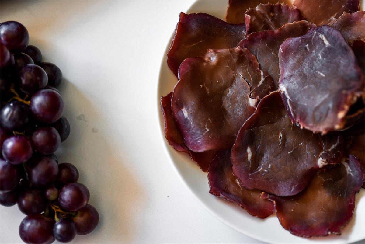 Suva goveđa pršuta i grožđe